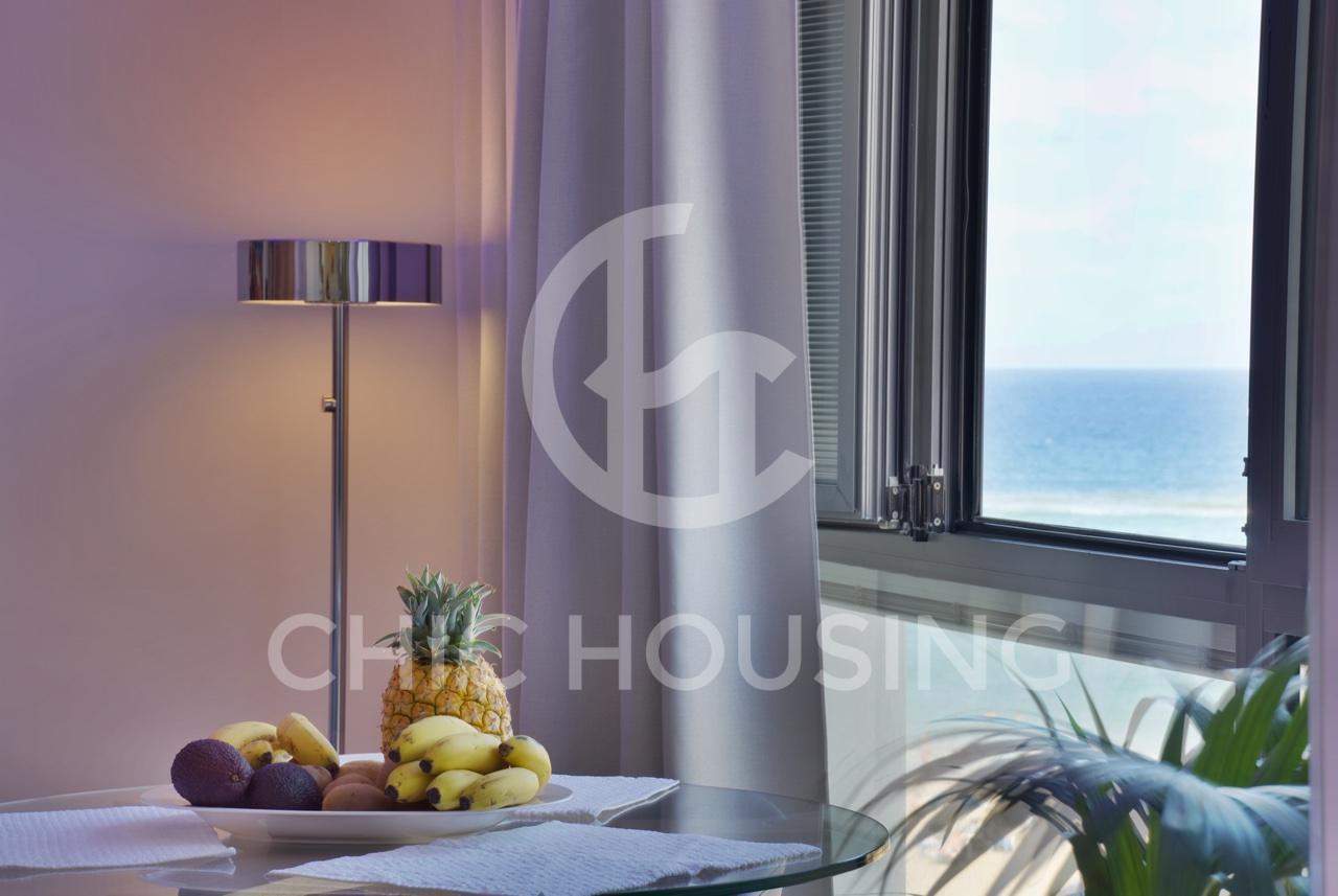 alquiler-vivienda-vacacional-las-palmas-de-gran-canaria-las-canteras-salon-luz-natural04